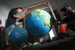 FOTO SENIMAN : Menyelesaikan Pembuatan Globe
