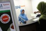 Ilustrasi Teller BNI Syariah melayani nasabah. (Bisnis-Dwi Prasetya)