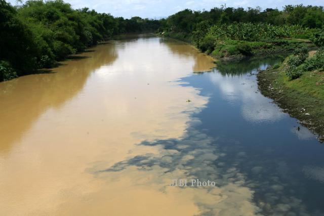 PENCEMARAN LINGKUNGAN : Pencemaran 5 Sungai di Sukoharjo Kian parah