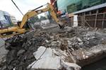 FOTO PEMBONGKARAN SALURAN AIR : Menghancurkan Beton