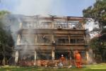 FOTO KEBAKARAN UI :  Berusaha Memadamkan Sisa Api