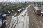 FOTO BANJIR JAKARTA :   Melintasi Rel Yang Terendam Air