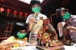 FOTO TAHUN BARU IMLEK : Membersihkan Patung Dewa