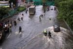 FOTO BANJIR JAKARTA : Melintasi Banjir