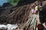 FOTO TANAH LONGSOR KUDUS : Membangun Jembatan Darurat