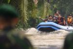 FOTO BANJIR JAKARTA : Tim SAR Gabungan Evakuasi Korban