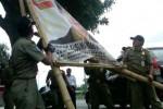 Aparat di Bantul Bergabung, Bongkar 300 Atribut Kampanye