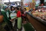 FOTO CSR LOR IN BERBAGI : Menyerahkan Bantuan