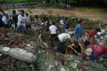 FOTO LONGSOR JOMBANG : Mencari Korban Tanah Longsor