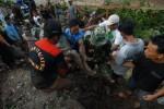 FOTO LONGSOR JOMBANG : Mengevakuasi Korban