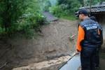 FOTO TANAH LONGSOR KUDUS : Pencaraian Korban Terkendala Cuaca
