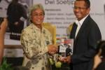 FOTO PELUNCURAN BUKU ROAD TO SEMEN INDONESIA : Memberikan Buku
