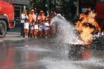 FOTO MENGENAL PROFESI : Belajar memadamkan api