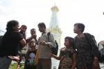 FOTO INGIN KETEMU JOKOWI : Berpamitan Dengan Keluarganya