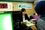 Petugas BPJS melayani tenaga kerja. (JIBI/Bisnis/Dok)