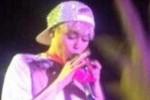 KONTROVERSI MILEY CYRUS : Miley Cyrus Kunyah Celana Dalam saat Konser