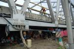 FOTO BANJIR KUDUS : Mengungsi Di Kolong Jembatan
