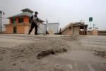 FOTO HUJAN ABU SOLORAYA : Membersihkan Abu Vulkanik