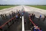 FOTO DAMPAK LETUSAN KELUD : Membersihkan Landasan Pacu Bandara Adi Sumarmo
