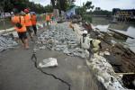 FOTO BANJIR JAKARTA : Perbaikan Tanggul Dipercepat