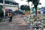 Pengendara melintas jalan keluar Pasar Umum Ampel yang sebagian badan jalan sudah dipenuhi sampah, Kamis (6/2/2014).(JIBI/Solopos/Hijriyah Al Wakhidah)