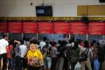 FOTO DANA SUBSIDI KAI :  Memadati Loket Pembelian Tiket KA