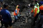 FOTO LONGSOR BANDUNG :  Evakuasi Puing-Puing Longsor Tebing