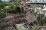 BANJIR SUNGAI DI MERAPI : Sedang Muat Pasir, Truk Terseret Lahar Hujan