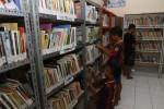 FOTO PERPUSTAKAAN KAMPUNG : Memilih buku