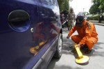 FOTO RAZIA PARKIR LIAR : Memasang Gembok Roda Mobil