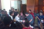 Gubernur DKI Jakarta, Jokowi; Ketua Umum PDI Perjuangan Megawati Soekarnoputri; Wali Kota Surabaya Tri Rismaharini; dan Wakil Wali Kota Surabaya  Wisnu Sakti Buana (dari kiri ke kanan) saat tiba di ruang VIP Bandara Juanda, Sabtu (1/3/2014). (JIBI/Bisnis/Miftahul Ulum)