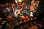FOTO PENEMUAN MAYAT : Mengevakuasi Mayat Laki-Laki