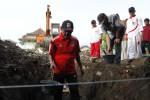 FOTO PEMBANGUNAN KANTOR KELURAHAN SEWU : Membawa adonan semen dan pasir