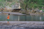FOTO PANTAI BARON : Monyet ekor panjang bermain di Sungai Baron