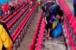 Walau Kalah, Suporter Jepang Tetap Bersihkan Sampah