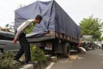 FOTO KECELAKAAN SOLO : Truk Gula Naiki Separasi Jalan Gara-Gara Rem Blong