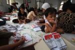 FOTO PELIPATAN SURAT SUARA : Ssst! Ada Anak-Anak Terlibat Pelipatan Surat Suara Pilpres
