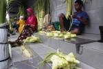 LEBARAN 2016 : Jualan Selongsong Ketupat, Sehari Kantongi Rp5 Juta