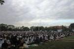 LEBARAN 2014 : Ribuan Orang Salat Id di Alun-alun Karanganyar