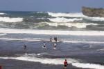 CUACA EKSTREM : Gelombang Tinggi Terjang Pesisir Selatan, Nelayan Pindahkan Kapal