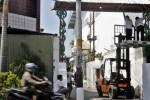 FOTO HUT RI 2014 : Debegan Mulai Mengecat Gapura