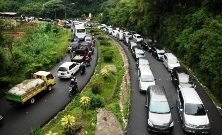 NATAL 2014 : Jalur Puncak Padat Sejak Pagi, Puncak Arus Pukul 10.00 WIB