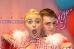 KISAH UNIK : Pegang Payudara Miley Cyrus? Bayar Rp10,5 Juta!