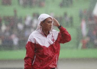 Pelatih Persis Solo Widyantoro sedang mengamati anak buahnya bermain. JIBI/Solopos/Dok