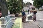 FOTO PRASASTI PENGHORMATAN CINA-JAWA : Prasasti di Bangsal Trajumas Dicat Ulang