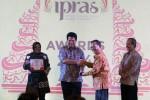 FOTO TOKOH PILIHAN SPS : Ketua Harian SPS Beri Penghargaan Ketua KPU