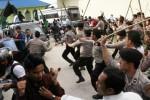 FOTO JOKOWI PRESIDEN : Begini Polisi Hadapi Pendemo Presiden Jokowi