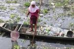 FOTO SAMPAH SUNGAI SOLO : Mengais Setumpuk Plastik di Bengawan Solo