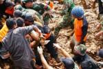 Sejumlah petugas mengevakuasi jenazah korban longsor di Dusun Jemblung, Desa Sampang, Kecamatan Karangkobar, Banjarnegara, Jawa Tengah, Minggu (14/12/2014). (JIBI/Solopos/Antara/Idhad Zakaria)