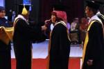 FOTO GURU BESAR BARU UNS : Sariyatun Dikukuhkan Jadi Guru Besar IPS